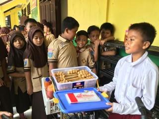 Siswa SD Berjualan Cilok untuk Menghidupi Keluarganya