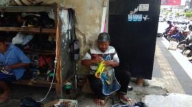 Tekad Tukang Sol Sepatu Masuk Gelanggang Dewan