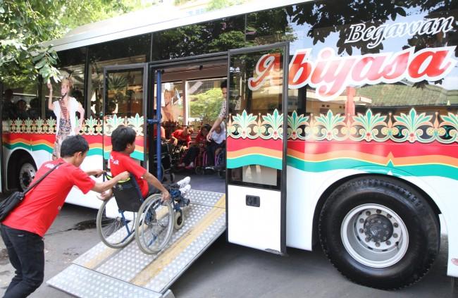 Ilustrasi: Sejumlah penyandang disabilitas menaiki bus khusus difabel yang dinamakan
