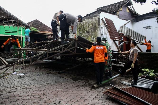 Personel TNI-Polri membantu memperbaiki rumah warga yang terdampak angin puting beliung di Desa Randegan, Tanggulangin, Sidoarjo, Jawa Timur, Kamis, 14 Februari 2019.