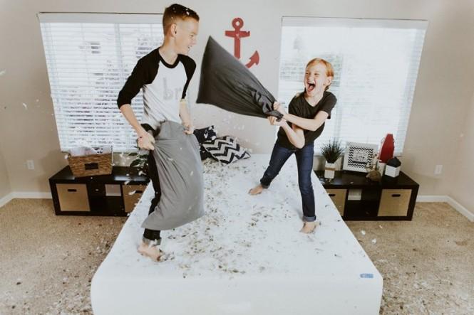 Kadang-kadang pertengkaran antar saudara adalah cara anak mencari-cari perhatian orang tua. (Foto Ilustrasi: Allen Taylor/Unsplash.com)