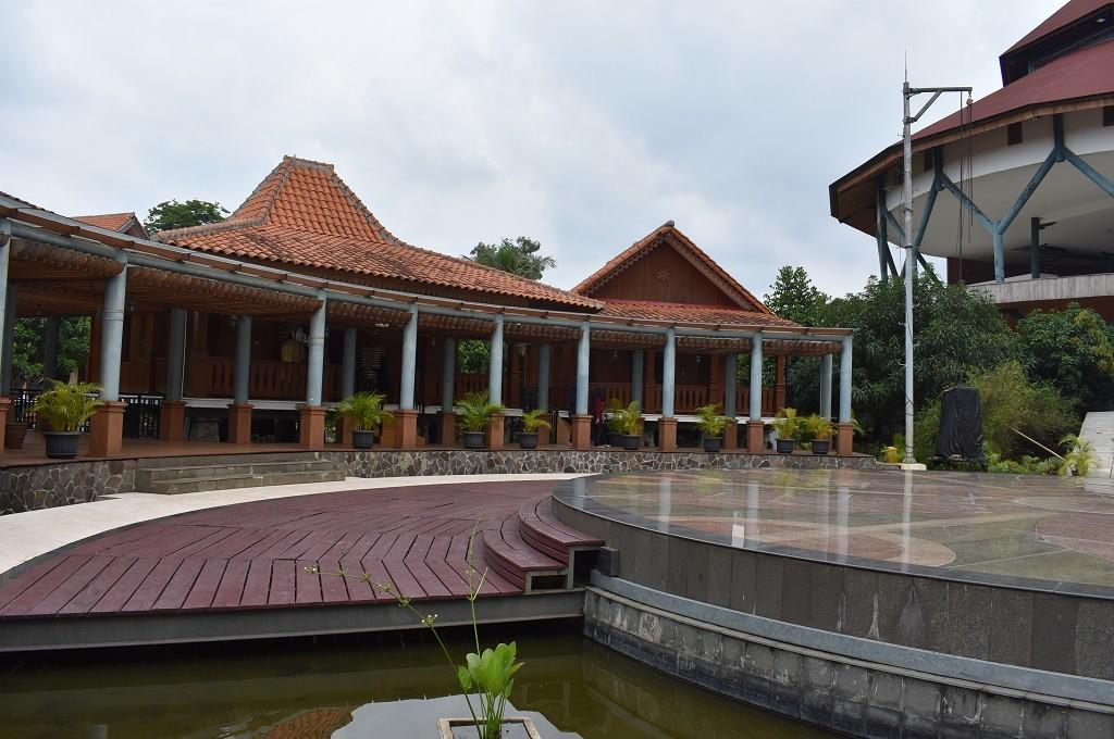 Replika Rumah Joglo (kiri) dan Rumah Kandang (kanan), rumah khas masyarakat Betawi, di UP , yang menjadi replika Perkampungan Budaya Betawi di Jagakarsa, Medcom.id - Ririn