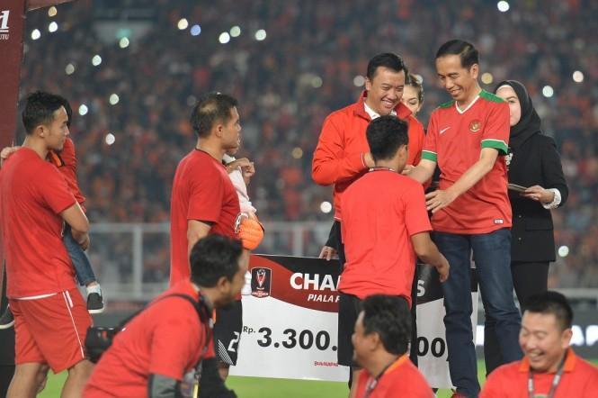 Presiden Joko Widodo (kanan) didampingi Menpora Imam Nahrawi mengalungkan medali kepada pemain Persija Jakarta seusai memenangi laga final Piala Presiden 2018 di Stadion Utama Gelora Bung Karno, Senayan, Jakarta, Sabtu (17/2) - ANT/Wahyu Putro A.