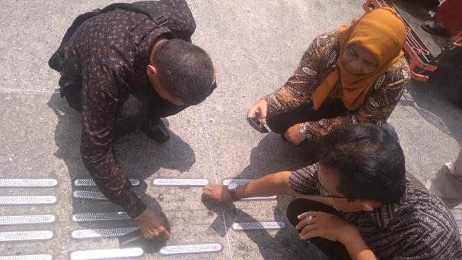 Petugas Forpi Kota Yogyakarta menunjukkan fasum di Malioboro, Yogyakarta yang dikhususkan untuk penyandang disabilitas dalam kondisi rusak. Medcom.id-Ahmad Mustaqim.