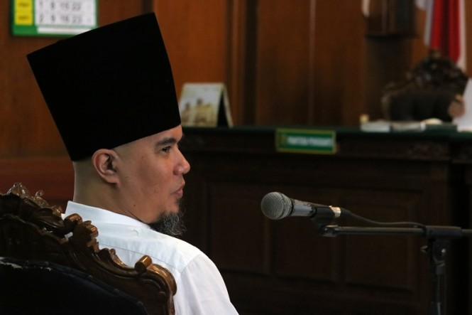 Terdakwa kasus dugaan pencemaran nama baik Ahmad Dhani menghadiri sidang lanjutan ketiga di Pengadilan Negeri Surabaya, Jawa Timur, Kamis (14/2/2019). ANTARA FOTO/Didik Suhartono.