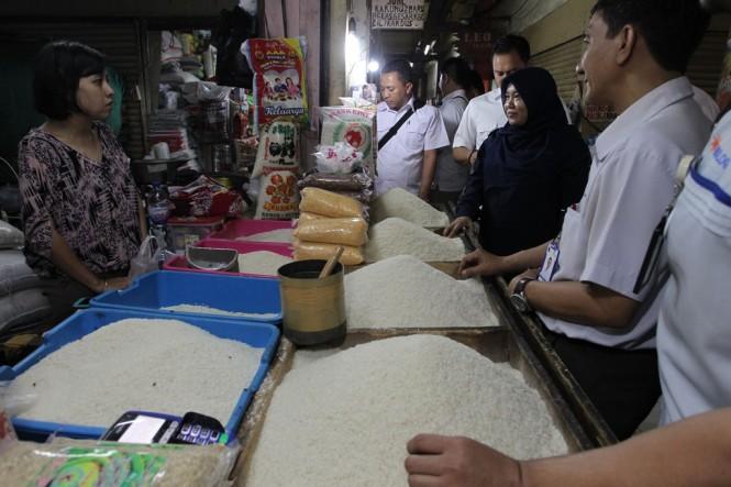 Tim satgas pangan Polda Metro Jaya bersama dengan Bulog serta PD Pasar Jaya Tomang Barat, memantau harga beras medium di pasar Tomang Barat, Jakarta. (Foto: MI/Pius Erlangga)