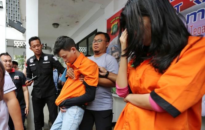 Tersangka pengguna narkoba Iwan Kurniawan (kedua kanan) saat dihadirkan bersama Reva Alexa (kanan) dalam pengungkapan penyalahgunaan narkoba di Polda Metro Jaya. (Foto: MI/Gino F Hadi)
