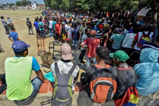 Imigran Venezuela di Kolombia menunggu menerima makanan. (Foto: AFP).