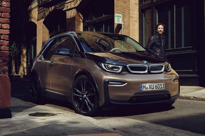 BMW i3 menggunakan baterai 120 Ah dengan kapasitas 42,2 kWh. BMW