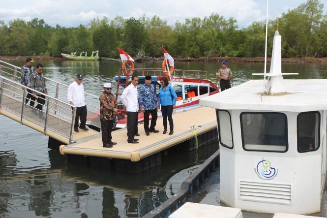 Presiden Joko Widodo (kedua kiri) bersama Menteri Kelautan dan Perikanan Susi Pudjiastuti (ketiga kanan), Gubernur Bengkulu Rohidin Mersyah (kiri) dan Walikota Bengkulu Helmi Hasan (kedua kanan) meninjau kawasan permukiman nelayan tepi air di kampung nela