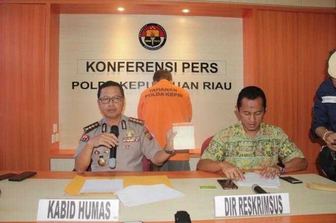 Kabid Humas Polda Kepri Kombes S Erlangga menyampaikan pengungkapan kasus prostitusi online di Polda Kepri, Jumat, 15 Februari 2019. Medcom.id/ Anwar Sadat Guna.