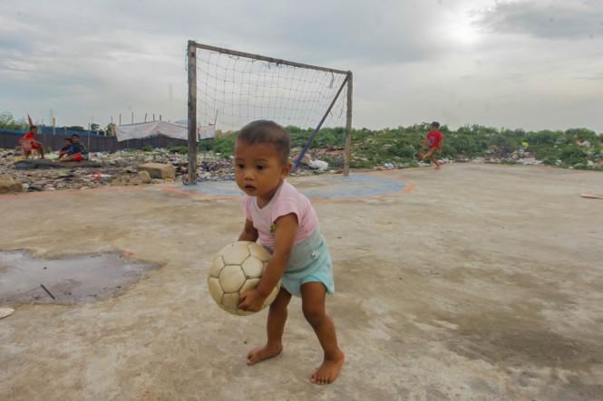 Seorang bocah bermain di area Taman BMW, Jakarta. Foto: Antara/Muhammad Adimaja.