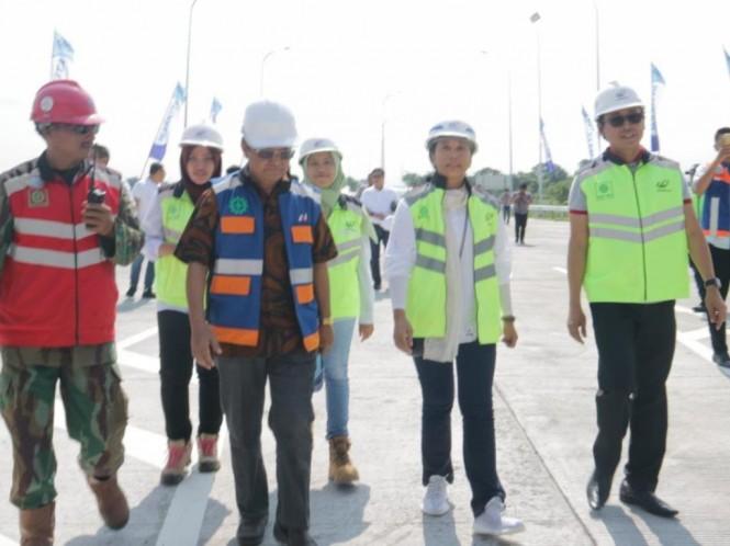 Menteri BUMN Rini Soemarno (kedua kanan) saat menyambangi Jalan Tol Pasuruan-Probolinggo (Paspro), Jawa Timur. Foto: Humas Kementerian BUMN.