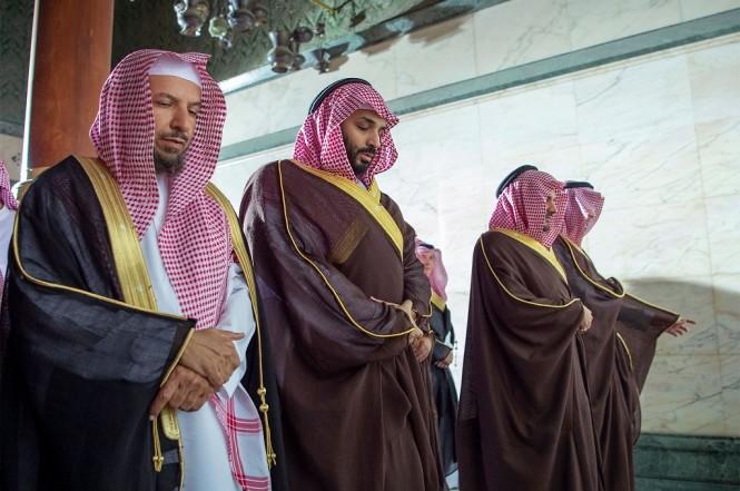 Pangeran Mohammed bin Salman (tengah) menunaikan ibadah salat di Masjid Agung di Makkah, Arab Saudi, 12 Februari 2019. (Foto: AFP/Saudi Royal Palace/BANDAR AL-JALOUD)