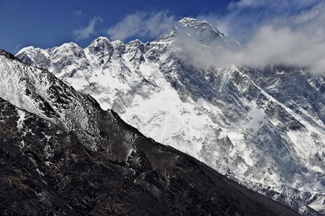 Gunung Everest terlihat di kejauhan. (Foto: AFP/ROBERTO SCHMIDT)