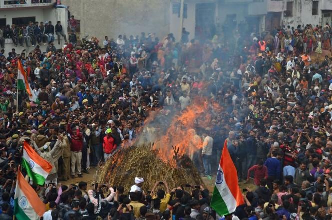 Ribuan orang di Agra, India, 16 Februari 2019, menghadiri proses kremasi seorang polisi yang tewas dalam bom bunuh diri di Kashmir. (Foto: AFP/PAWAN SHARMA)