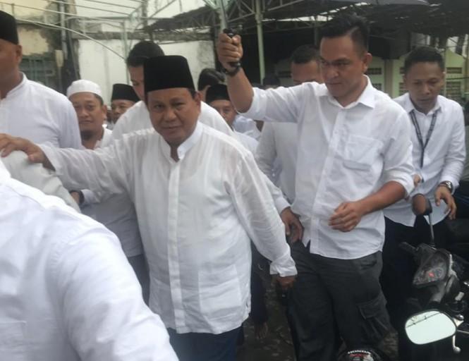 Capres Nomor urut 02, Prabowo Subianto saat meninggalkan Masjid Agung Semarang. Istimewa (Budi Arista Romadhoni)