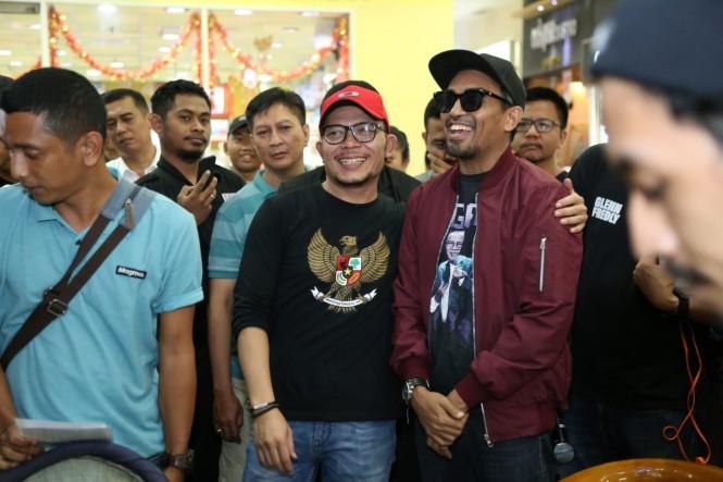 Menaker Hanif Dhakiri (topi merah) saat menghadiri acara musik bertajuk Seni sebagai Pemersatu Bangsa, di Depok, Jawa Barat. (Foto: Dok. Kemenaker)