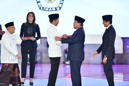 Capres nomor urut 01 Joko Widodo (ketiga kiri) bersalaman dengan capres nomor urut 02 Prabowo Subianto (kedua kanan) usai debat pertama. Foto: Sigid Kurniawan/Antara