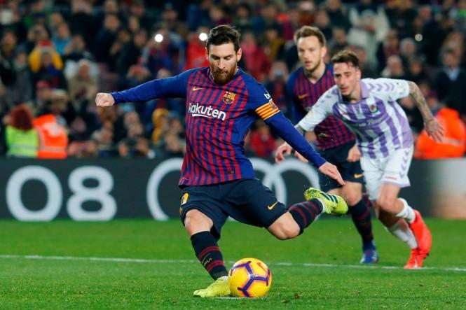 Penyerang Barcelona, Lionel Messi, mengeksekusi tendangan penalti dalam laga melawan Real Valladolid (AFP/Pau Barrena)