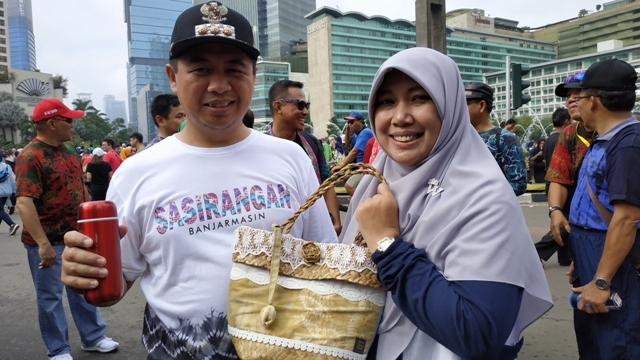 Wali Kota Banjarmasin, Ibnu Sina menunjukkan bakul purun. Foto: Medcom.id/Ilham Pratama