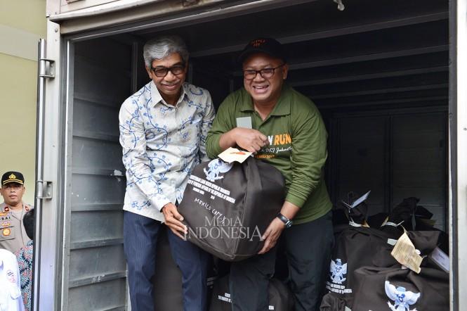 Ketua KPU Arief Budiman (kanan) bersama Wakil Menteri Luar Negeri Abdurrahman M. Fachir menunjukkan surat suara yang akan dikirim ke Meksiko pada distribusi perdana logistik pemilu luar negeri di Gudang KPU, Benda, Tangerang, Banten.