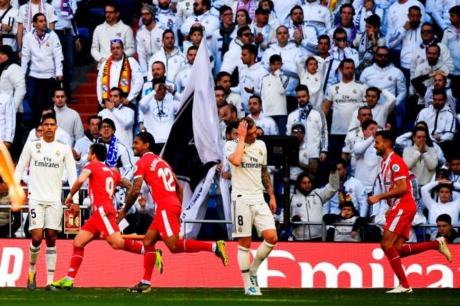 Sejumlah pemain Girona merayakan gol di depan suporter Real Madrid. (GABRIEL BOUYS / AFP)