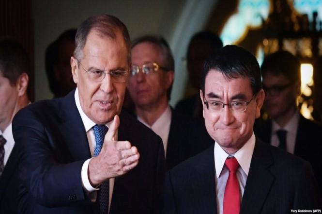 Menlu Rusia Sergey Lavrov (kiri) bersama Menlu Jepang Taro Kono di Moskow, 31 Juli 2018. (Foto: AFP/Yury Kadobnov)