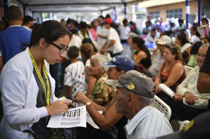 Guaido Serukan 1 Juta Relawan untuk Salurkan Bantuan