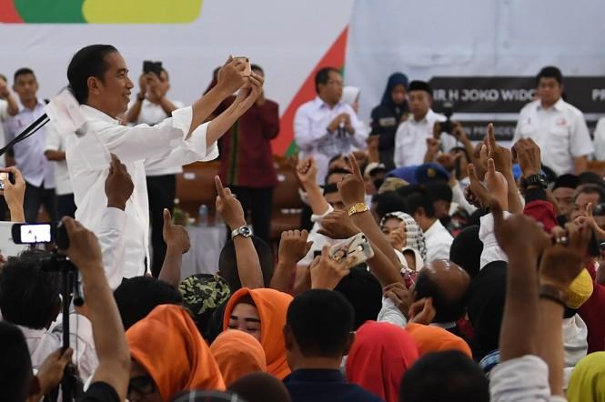 Capres nomor urut 01 Joko Widodo membuat vlog saat menghadiri acara Silaturahmi Akbar Rakyat Makassar. ANTARA FOTO/Wahyu Putro A
