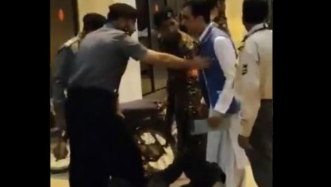 Gunakan Motor, Pria Masuki Ruang Keberangkatan Bandara Pakistan