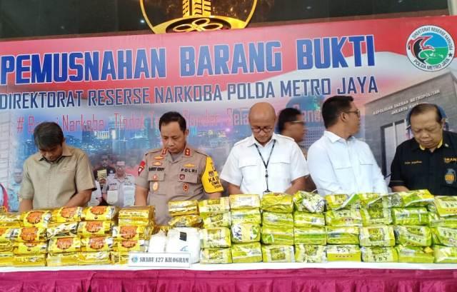 Subdit III Psikotropika Ditres narkoba Polda Metro Jaya memusnahkan barang bukti (barbuk) narkoba jaringan internasional--Medcom.id/Siti Yona Hukmana.
