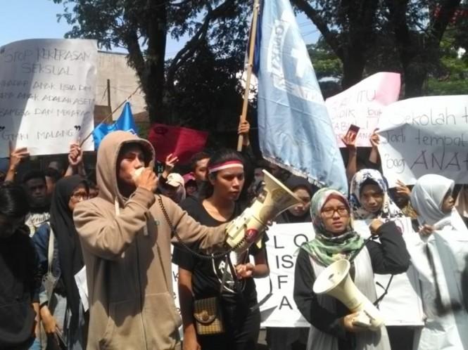 Ratusan orang berdemonstrasi di halaman Dinas Pendidikan Kota Malang, Senin 18 Februari 2019. Medcom.id/Daviq Umar Al Faruq