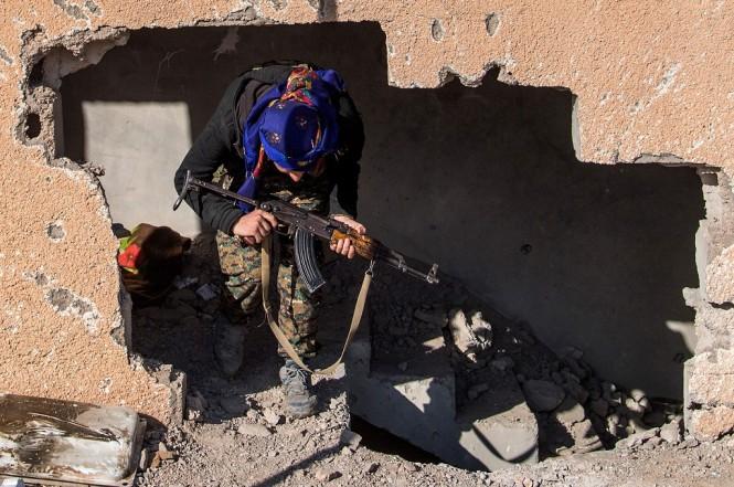 Seorang milisi SDF berada di desa Baghouz, yang merupakan markas terakhir ISIS di Suriah, 17 Februari 2019. (Foto: AFP/FADEL SENNA)