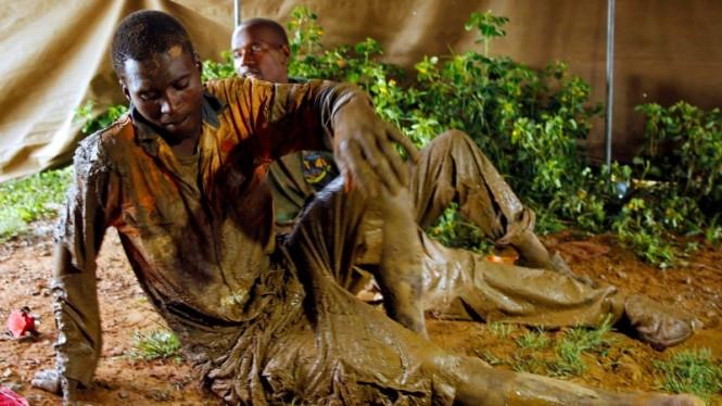 Pekerja tambang emas ilegal di Zimbabwe yang berhasil menyelamatkan diri dari bencana. (Foto: Sky News).