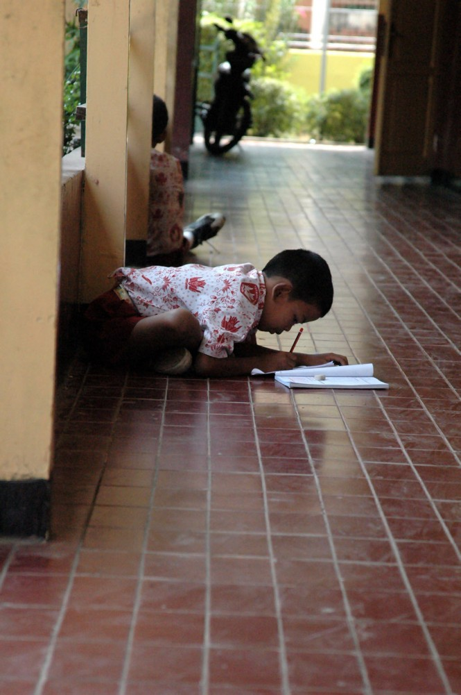 Siswa tengah belajar di selasar kelas, MI/Rommy Pujianto.