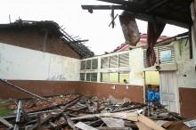 Atap Sekolah Rusak, Puluhan Siswa Terpaksa Belajar di Musala