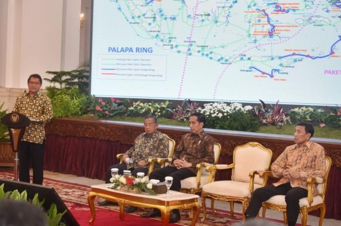 Menkominfo Rudiantara memaparkan proyek Palapa Ring di Istana Negara, Jakarta. ( ANTARA/Yudhi Mahatma)