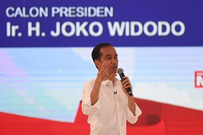 Capres nomor urut 01 Joko Widodo menyampaikan pendapatnya saat debat capres 2019 di Hotel Sultan, Jakarta. (Foto: ANTARA/Akbar Nugroho Gumay)