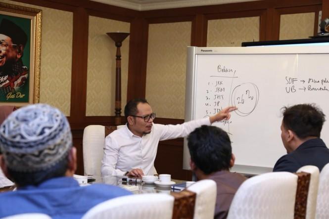 Menaker Hanif Dhakiri (baju putih) saat menerima perwakilan Serikat Pekerja Cipta Kekar TPI. (Foto: Dok. Kemenaker)