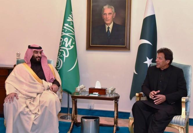 Putra Mahkota Kerajaan Arab Saudi Pangeran Mohammed bin Salman bertemu PM Pakistan Imran Khan. (Foto: AFP).