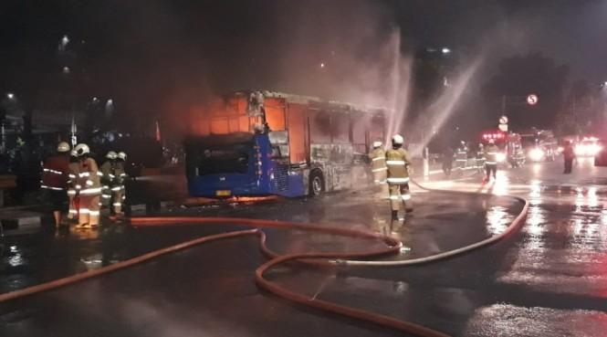 Transjakarta terbakar di Jakarta Pusat. (Foto: Twitter TMCPolda Metro Jaya)