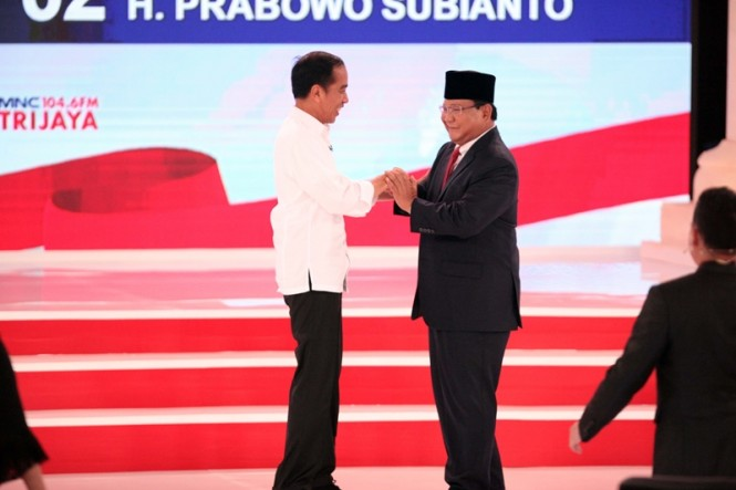 Capres nomor urut 01 Joko Widodo (kiri) bersalaman dengan capres nomor urut 02 Prabowo Subianto. MI/Rommy Pujianto