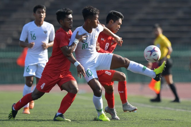 Suasana laga timnas U-22 vs Myanmar. (ANTARA FOTO/Nyoman Budhiana)