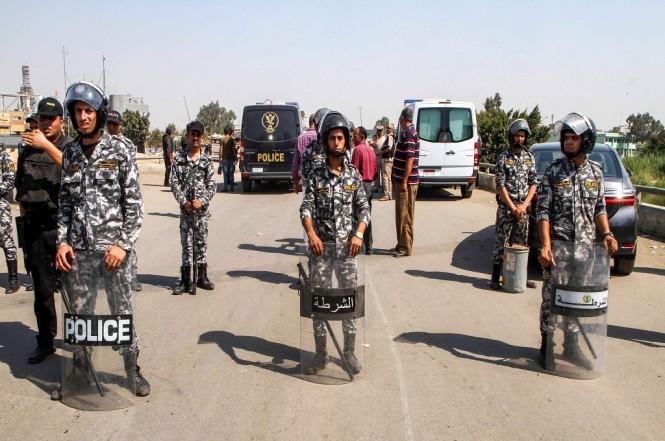 Polisi bersiaga di area tempat seorang pelaku bom bunuh diri beraksi di pinggiran Kairo, Mesir, 11 Agustus 2018