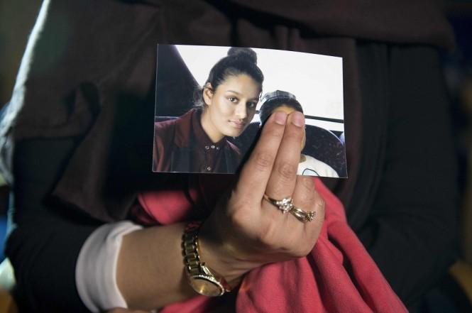 Renu Begum memegang foto yang memperlihatkan Shamima Begum di London, 22 Februari 2015. (Foto: AFP).