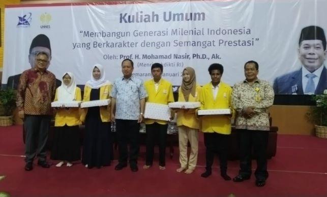 Penerima Bidikmisi saat bertemu Menristekdikti, Mohamad Nasir di Semarang, Kemenristekdikti/Humas.
