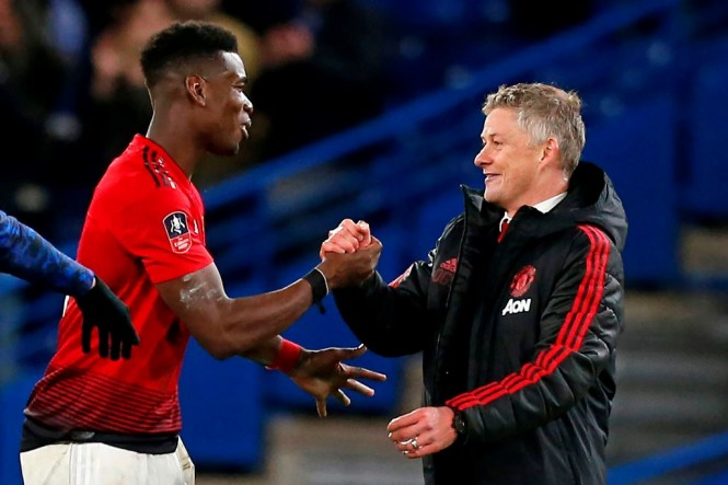 Paul Pogba dan Solskjaer (AFP/IAN KINGTON)