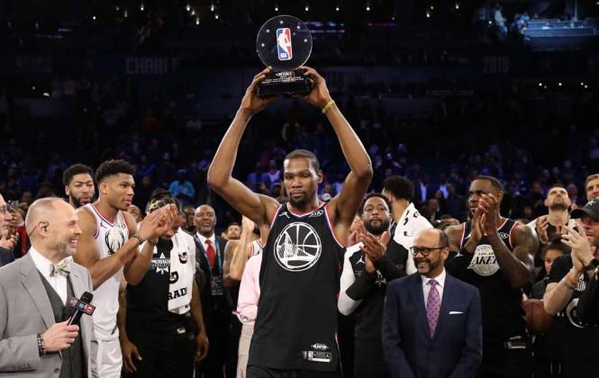 Kevin Durant memamerkan trofi MVP yang diraihnya pada laga NBA All Stars 2019. (Foto: Streeter Lecka/Getty Images/AFP)