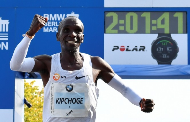 Bukti nyata tersenyum bisa mengoptimalkan pelari maraton Eliud Kipchoge untuk menjadi yang tercepat pada lomba lari maraton, Mei 2017. (Foto: AFP/JOHN MACDOUGALL)